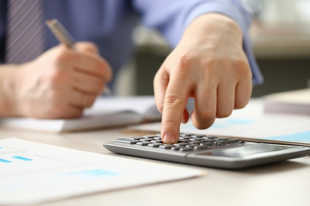 Accountant manager doet boekhouding budget berekenen