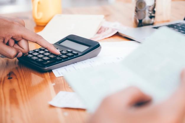 Accountant of bankier berekenen de contante rekening.