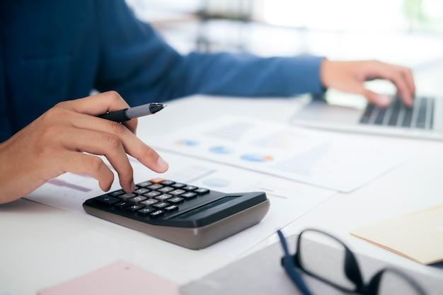 Accountant of bankier berekent de contante rekening.