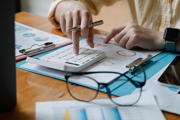 Accountant of bankier berekent het financiële rapport met calculator