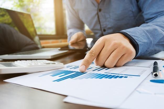 Accountant of financieel inspecteur werkzaam zijn op verkoopprestatieverslag op moderne werkplek