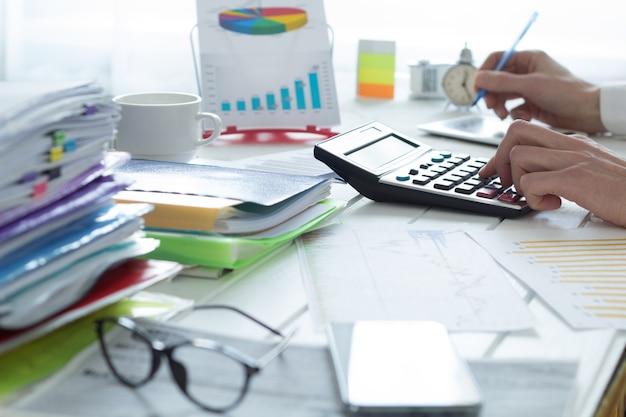 Accountant op een rekenmachine die een financieel rapport. fiscale tijd.