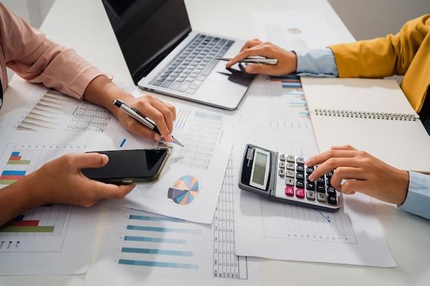 Accountant vergaderteam in kantoorruimte. concept financiën en boekhouding