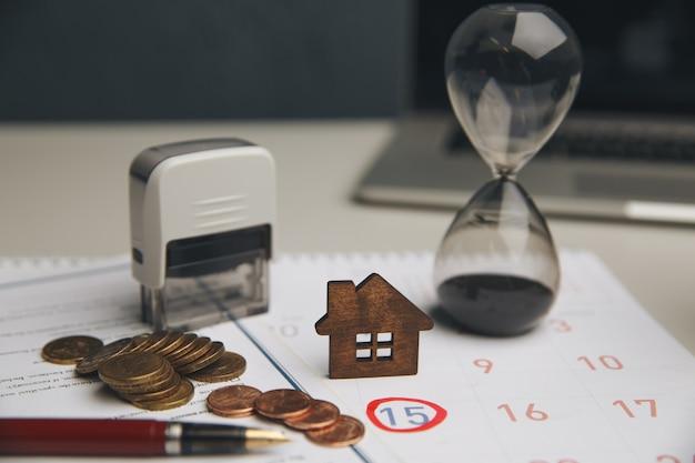 Accountant verifieert en controleert vervaldatum voor betaling uitgaven en verkoper van financiële zaken