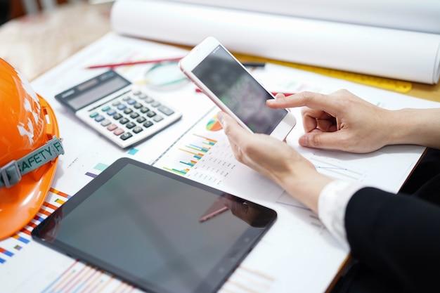 Accountant werkend projectboekhouding met grafiek in bureau.