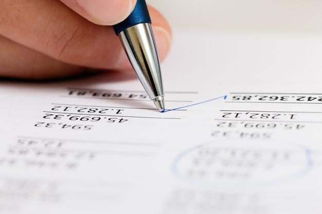 Accountant werkt aan getallen