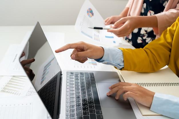 Accountant wijzend op laptop voor vergaderteam in kantoorruimte. concept financiën en boekhouding