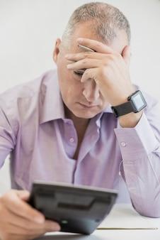 Accountant zakenman die stress heeft. geïsoleerd op een witte achtergrond.