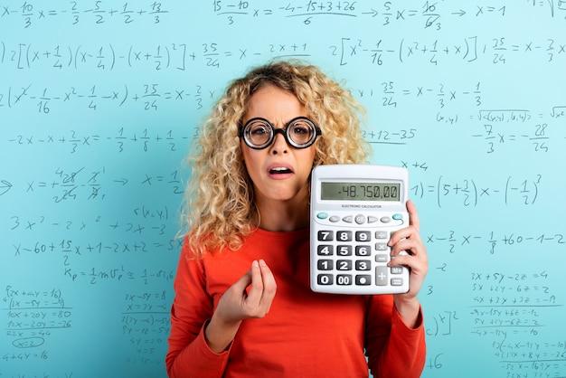 Accountantsmeisje heeft wat problemen met de sommen