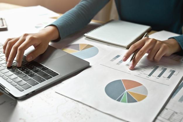 Accountantsvrouw die aan bureau bedrijfsfinanciën en boekhouding werken