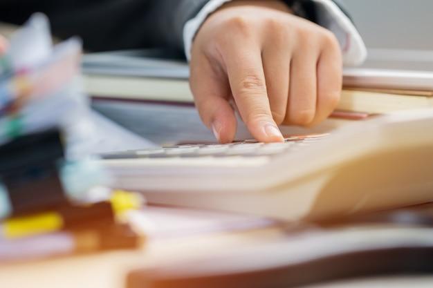 Accounting planning budget concept: accountant berekenen financieel rapport rekenen op calc