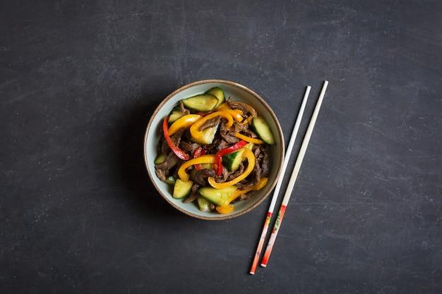 Achik syay is een traditionele salade van oeigoerse gerechten met rundvlees en groenten. centrale oriëntatie. bovenaanzicht
