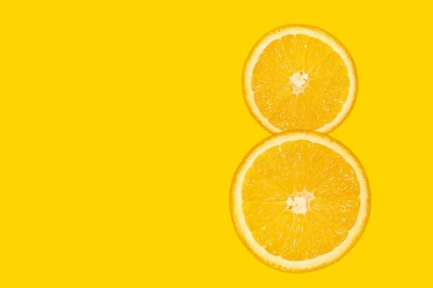 Acht cijfers - gesneden oranje, gele achtergrond, kopieer ruimte. 8 maart dames dag heldere achtergrond. vers sappig fruit, bron van vitamine c.