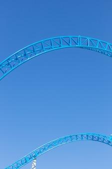 Achtbaanrails tegen blauwe lucht