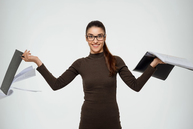 Achteloos zakenvrouw studeren rapport, houden documenten