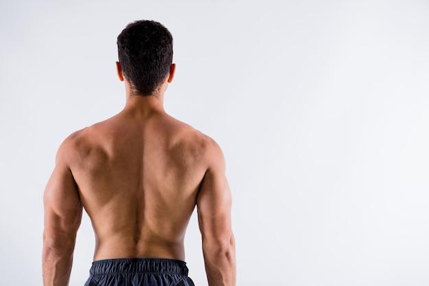 Achter achter achter weergave van sportieve gebruinde man fysieke cultuur steroïde eiwit demonstrerende spieren