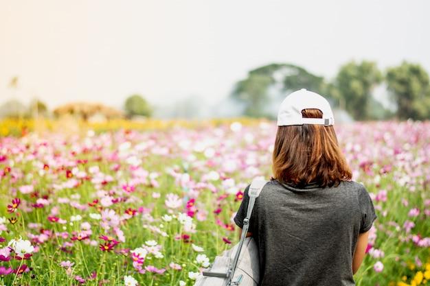 Achter de fotograaf die zich op het cosmos-bloemveld bevindt