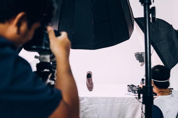Achter de schermen fotoshoot van schoenenproduct in de studio