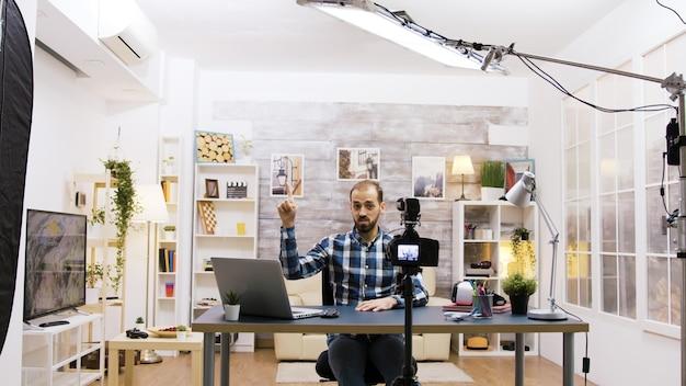 Achter de schermen van beroemde vlogger-opnames voor sociale media. creatieve jonge man.