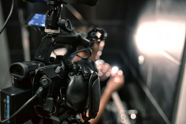 Achter de schermen van film- of videoproducten en de filmploeg van de filmploeg op de set in het paviljoen van de filmstudio.