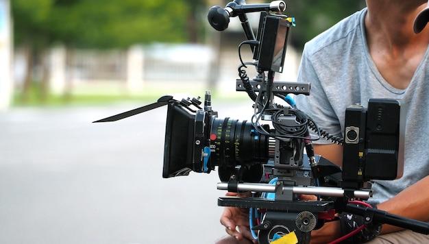 Achter de schermen van filmopnamen of videoproductie en filmploegteam met camera-apparatuur