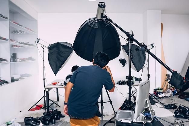 Achter de schermen van fotoshoot met studioverlichting set