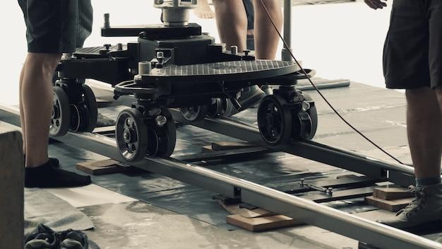 Achter de schermen van het instellen van een dolly-track voor de productie van video-opnamen met professionele apparatuur Premium Foto