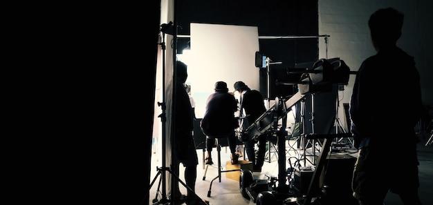 Achter de schermen van video- of filmproductie in grote studio en bluescreen-techniek of chroma key