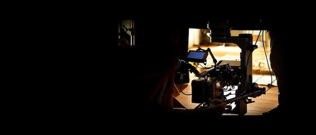 Achter de schermen van videoproductie in studio die een online film filmt met professional