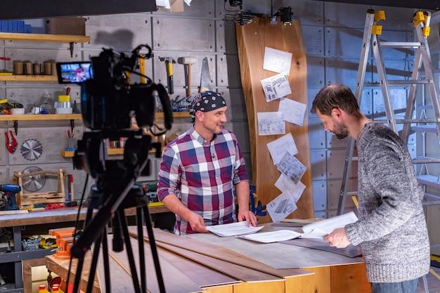 Achter de schermen van videoproductie of video-opnamen op studiolocatie met camerateam van de filmploeg