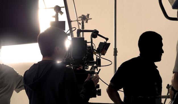 Achter een videocamera die online commerciële of webfilmfilm opneemt in de grote studioproductie