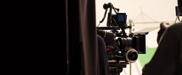 Achter het filmproductieteam en de hd-videocamera en apparatuur in de studio