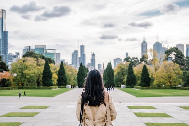 Achter meisje en stad
