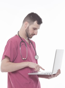 Achter mening van een jonge arts met laptop