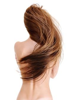 Achter mening van het jonge wijfje met schoonheids rechte lange haren in golfvorm - op een wit