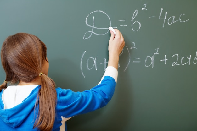 Achter mening van meisje schrijven op een schoolbord