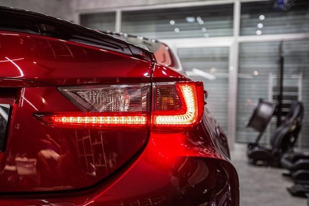 Achter rode lichten van een rode sportwagen