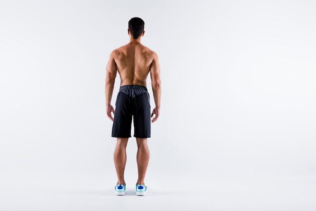Achter rug achter volledige lichaamslengte weergave van sportieve lange man professional