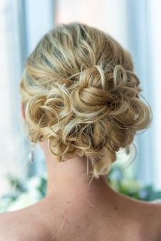 Achter shot van een bruid met een mooi kapsel