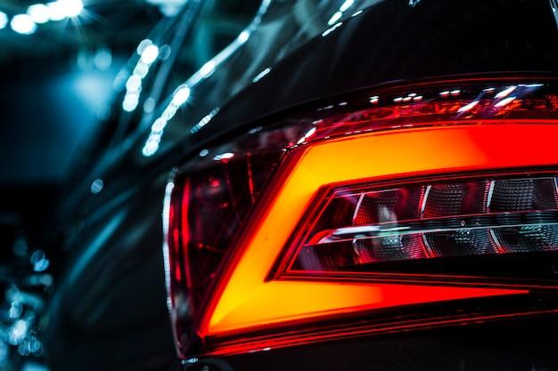 Achter stoplicht van grote suv zwarte auto