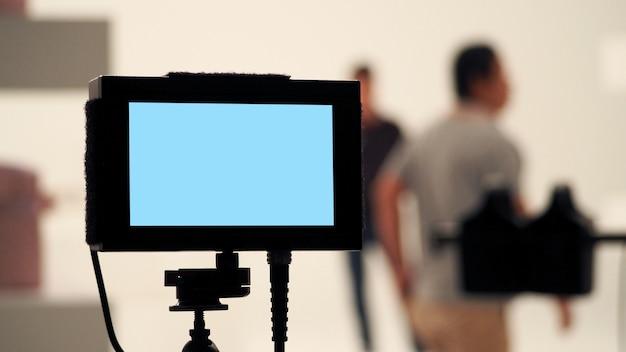 Achter videoproductie digitale weergaveschermmonitor van filmopnamecamera in de studio.