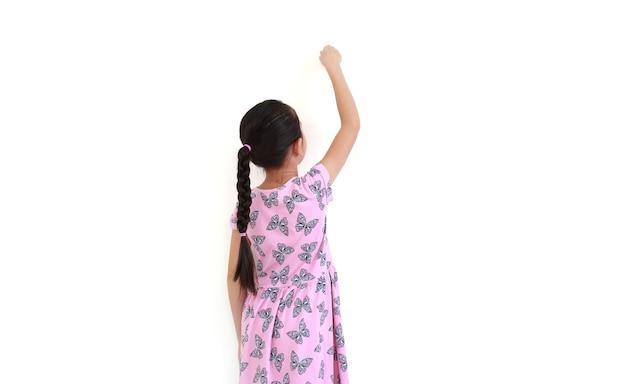 Achteraanzicht aziatisch meisje schrijven gebaar op lucht geïsoleerd over wit