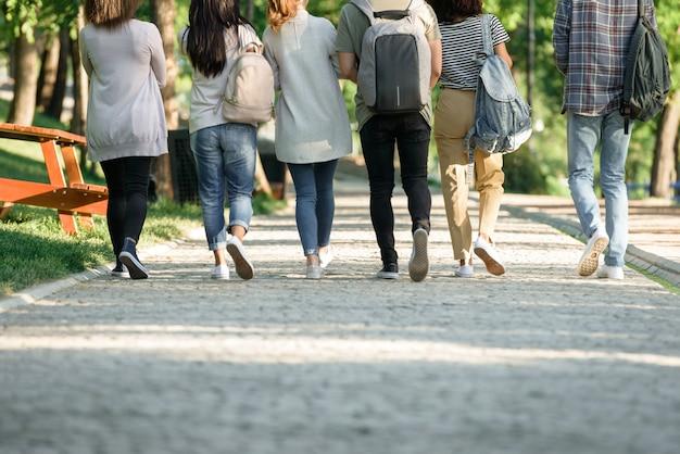 Achteraanzicht bijgesneden foto van een multi-etnische groep
