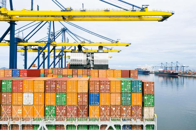 Achteraanzicht containerschip. zakelijke logistiek transport zeevracht, vrachtschip