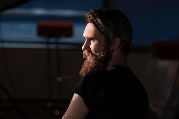 Achteraanzicht. creatieve mannelijke artiest zittend in een stoel in zijn atelier.