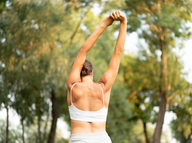 Achteraanzicht fit vrouw die zich uitstrekt