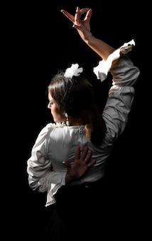 Achteraanzicht flamenca met een arm omhoog