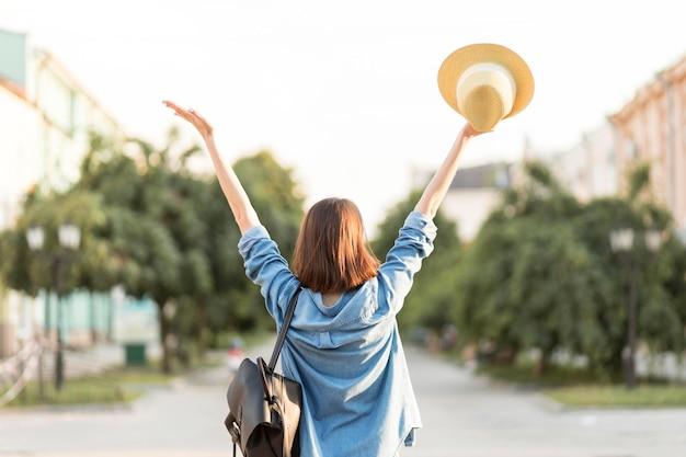 Achteraanzicht gelukkige vrouw genieten van vakantie