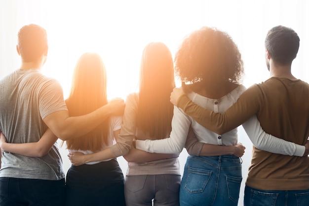 Achteraanzicht gemeenschap van jonge mensen verenigd
