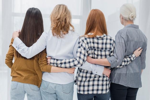 Achteraanzicht groep vrouwen samen